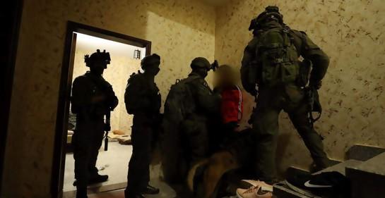 Cuatro soldados detienen al asesino de la joven israelí, en el sitio en el que se ocultaba en Ramallah.