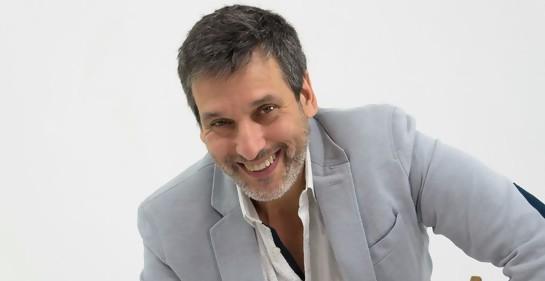 El actor y director de teatro Franklin Rodríguez, sonriente, de chaqueta clara.Medio cuerpo.
