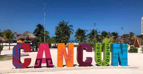 El adorno en una de las playas, letras multicolores que forman la palabra Cancún
