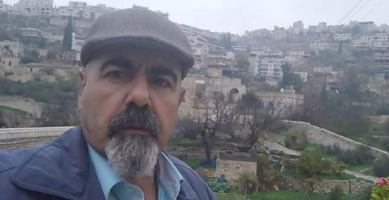 El palestino Rajji Sabatin, de fondo su aldea