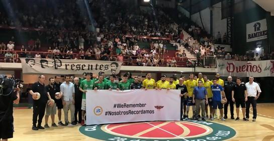 Los equipos de basketbol Aguada y Hebraica Macabi, con sus DTS, en la cancha de Aguada, con la pancarta WeRemember Nosotros Recordamos