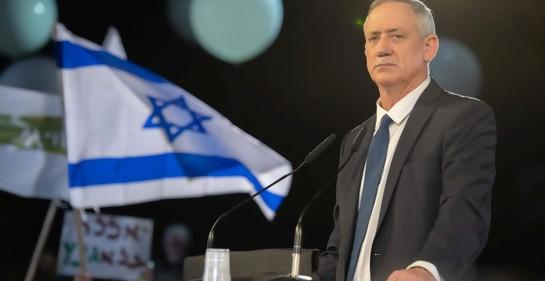 Benny Gantz, jefe de Josen LeIsrael, junto al podio de oradores y a la bandera de Israel, globos de fondo, en su acto público