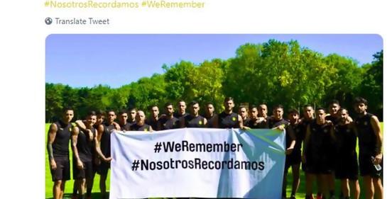 El plantel de Peñarol con la pancarta blanca en la que dice el hashtag WeRemember con la traducción al español NosotrosRecordamos