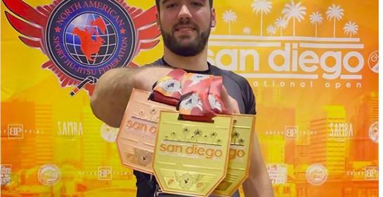 El peleador uruguayo de jiu jitsu brasilero Javier Zaruski, en San Diego, mostrando sus reconocimientos en el campeonato