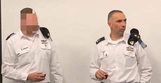 Dos oficiales con uniforme festivo de la Marina israelí, con copas de vino en sus manos, en el brindis por el rango recibido por el nuevo Tte.Cnel. I.Sh, cristiano israelí, a la izquierda. A su derecha, el General Eliahu Sharvit, Jefe de la Marina israelí