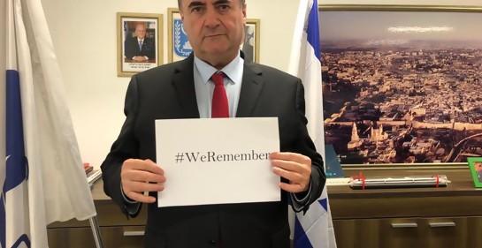 El ministro Israel Katz, canciller adjunto de Israel, con un papel con la consigna We Remember, nosotros recordamos, en memoria de las víctimas judías de los nazis