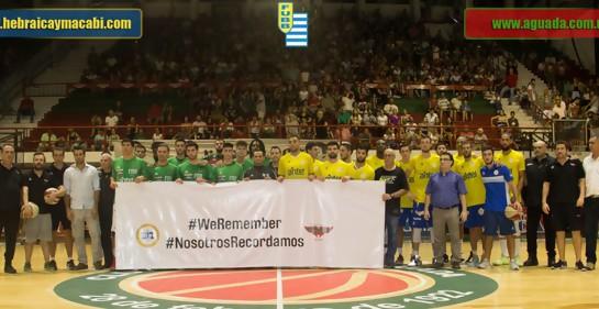 Aguada y Hebraica Macabi, jugadores y equipos técnicos, sostienen en el estadio de Aguada una pancarta blanca con la leyenda WeRemember y su traducción NosotrosRecordamos.Es la foto oficial en la que aparecen los escudos de los dos equipos y de la Federac