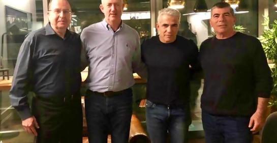 Las cuatro figuras centrales del nuevo partido unificado del centro israelí, cuatro hombres parados, mirando sonrientes a la cámara: Moshe Yaaloon, Benny Gantz, Yair Lapid y Gabi Ashkenazi