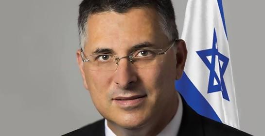 Gideon Saar ex ministro del Likud. de fondo, la bandera de Israel