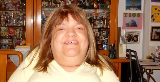 La psicóloga uruguaya Becky Sabah, foto de medio cuerpo, de buzo amarillo y cabello suelto