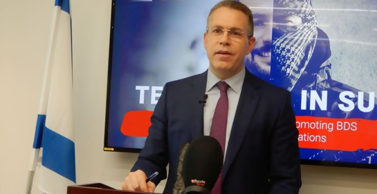 El Ministro de Asuntos Estratégicos de Israel Guilad Eran en rueda de prensa sobre el informe \