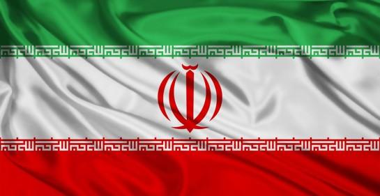 la bandera de la república islámica de Irán, franja superior verde, blanca en el medio, roja la inferior, y el escudo rojo en el medio
