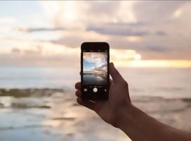 un celular en una playa