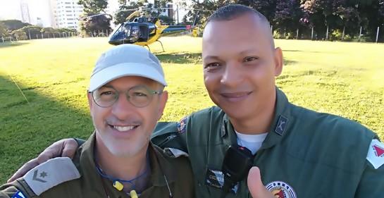 Dos uniformados abrazados en señal de amistad. A la izquierda Rafael Carmona, israelí de la unidad de rescate, con un miembro del ejército brasilero, durante la misión de rescate por la caída de la represa