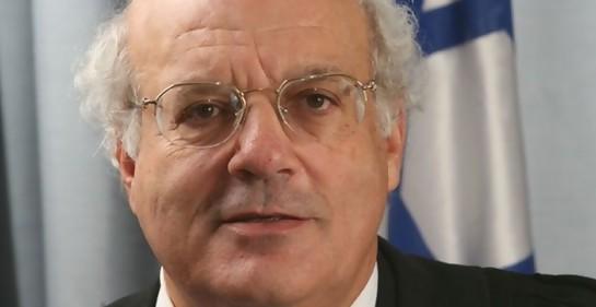 El Juez de la Suprema Corte Hanan Melcer. A sus espaldas, se ve parte de la bandera de Israel