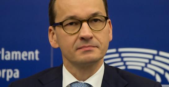 El PM polaco Mateusz Morawiecki, de traje, fondo azul.
