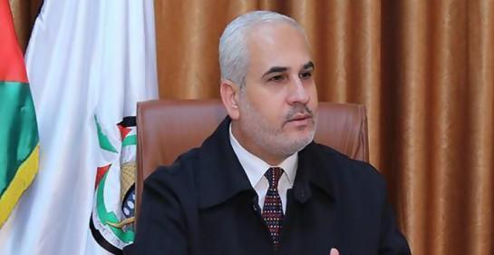 El vocero de Hamas Fawzi Barhum en su oficina, de fondo la bandera palestina