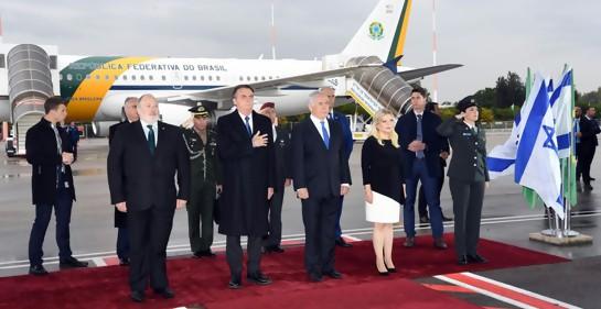 Ceremonia en aeropuerto Ben Gurion en Israel recibiendo al Presidente de Brasil Jair Bolsonaro. Están el Primer Ministro Biniamin Netanyahu y su esposa Sara y el jefe de Protocolo de la Cancillería israelí Meron Reuven