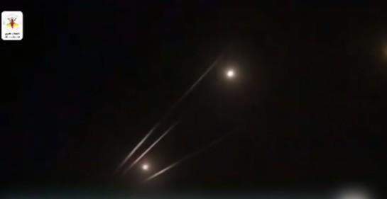 Palestinos muestran cohetes lanzados sobre Sderot al sur de Israel