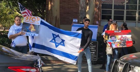 Un grupo de jóvenes, con carteles yuna bandera de Israel, en un campus universitario en EEUU. De negro, Ali Adi, árabe musulmán.