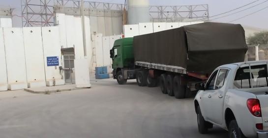 Camiones israelíes con mercaderías para Gaza pasando por el punto de contacto fronterizo sureño kerem Shalom (Foto: COGAT)