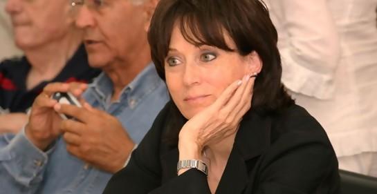 Profesora Suzie Navot, en un acto, prestando atención