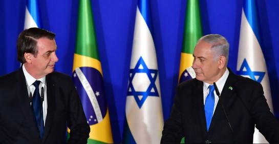 El premier israelí Netanyahu y el Presidente brasileño Bolsonaro en la residencia del primero en Jerusalem. De fondo, las banderas de ambos países.