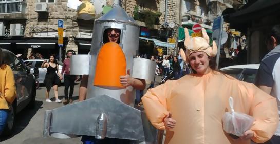 Una pareja disfrazada en Jerusalem