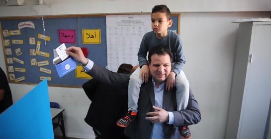 El diputado Ayman Odeh votando, con su hijo al hombro, este martes 9 de abril, en Israel