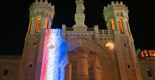 Notre Dame de Jerusalem con los colores de la bandera francesa, en solidaridad con París tras el incendio allí de la gran catedral homónina