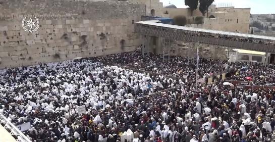 Miles de fieles judíos junto al Muro de los Lamentos,en la Bendición de los Sacerdotes