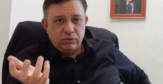Avi Gabay jefe del laborismo israelí en su oficina