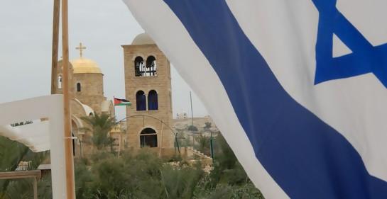 Bandera de Israel y de fondo iglesia y bandera jordana