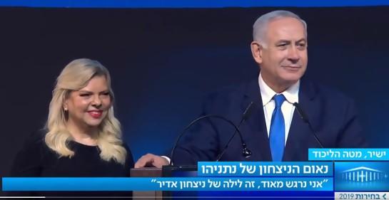 Netanyahu se declara ganador en las elecciones. Aquí junto a su esposa Sara