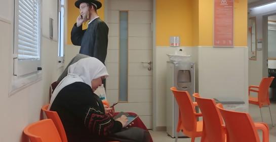 Árabes y judíos religiosos en la sala de espera de una clínica en Jerusalem