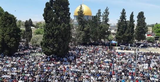 Decenas de miles oraron dentro y fuera de la mezquita de Al Aksa