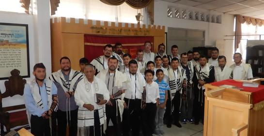 Varios de los hombres de Beit Israel, con el Rabino Israel Diament
