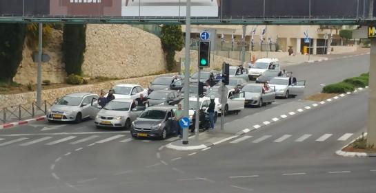 El tráfico detenido durante la sirena, en Jersualem