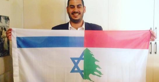 Jonathan Elkhoury con sus dos banderas. Israel y Líbano.