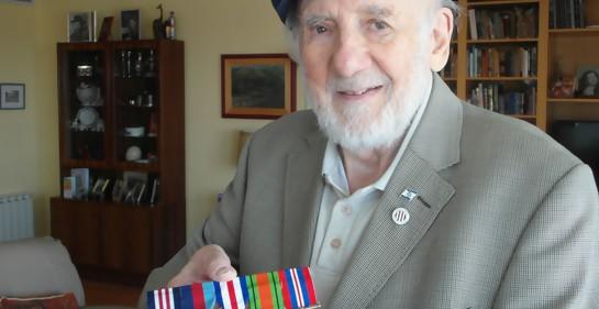 Walter Bingham con sus insignias y condecoración