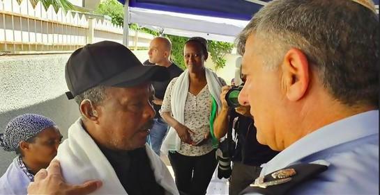 Encuentro entre la cúpula de seguridad interna y dignatarios de la comunidad de origen etíope para calmar la situación.