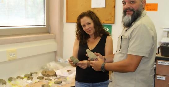 La Dra Iris Groman-Yaroslavsky y el Prof. Reniel Rodríguez Ramos en la Universidad de Haifa con los objetos traídos desde el Caribe.