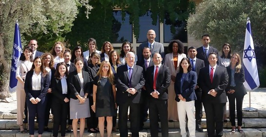 Los egresados del curso de cadetes, con el Presidente Rivlin (Foto: GPO)