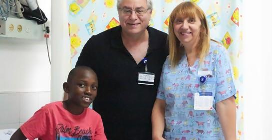 El cardiólogo Dr. Lior Sasson, la jefa de enfermeras Nava Gershon y Lemos de Malawi en el Hospital Wolfson