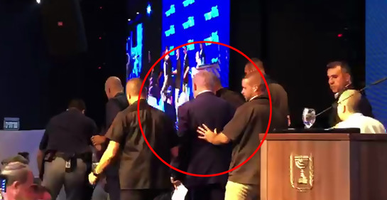 Bajan a Netanyahu del estrado (Foto de redes, reproducida en Ynet)