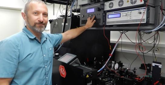 Profesor Pablo Blinder en su laboratorio