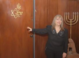 Rita Vinocur a la entrada del museo