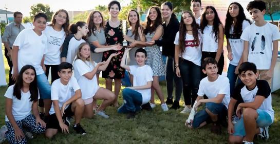 Rivka con adolescentes en una aldea juvenil de WIZO