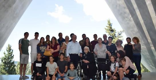 La salvadora, rodeada por la familia que pudo hacer gracias a su valentía en la Shoa