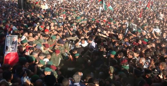 Imperdibles fotos del caótico funeral de Arafat, 15 años atrás.